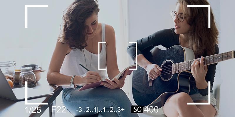 Uno de los propósitos de año nuevo con tu pareja, podría ser aprender a tocar la guitarra