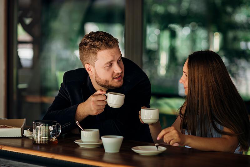 Otro propósito de año nuevo con tu pareja es escucharla cuando habla, prestándole toda la atención posible.