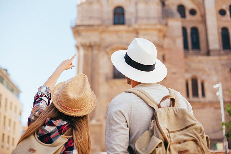 Pareja haciendo un viaje, visitando monumentos de una ciudad