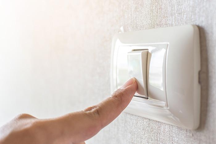 Cerrando la luz para quedar a oscuras en la habitación