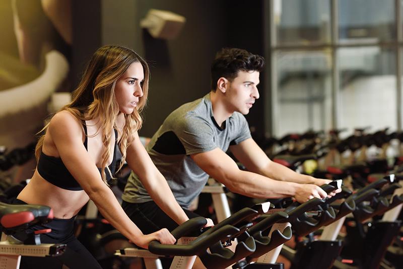 Cómo dormir para bajar de peso. Puedes practicar ejercicio físico en bicicletas estáticas.