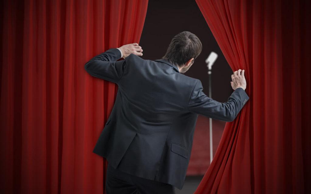 Hombre con miedo a hablar en público