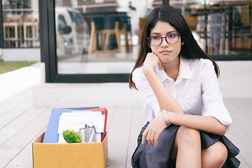 Mujer cambiando de trabajo a causa de la conciliación familiar y laboral