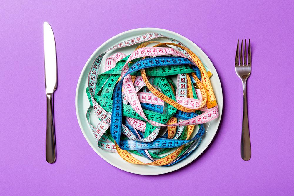 Plato sin comida, que tiene una persona con trastornos alimentarios