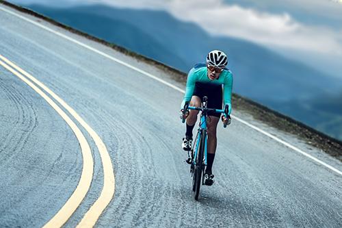 Ciclista practicando deporte en la carretera