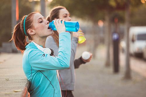 Mujeres deportistas hidratándose
