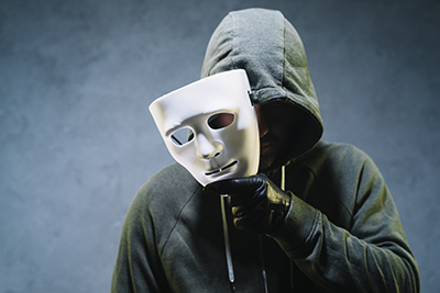 Hombre quitándose una máscara