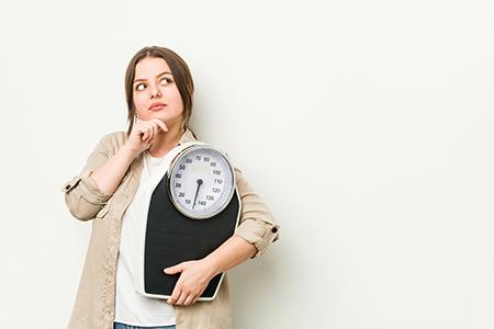 Mujer dudosa en la decisión de hacer dieta