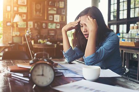 Mujer estresada. El estres, un mal hábito que se debe solucionar lo antes posible