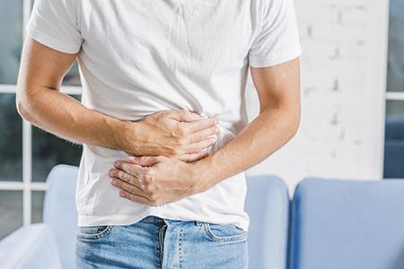 Hombre con la barriga llena. Para tener un correcto mindful eating no tienes que tener el estómago muy lleno.