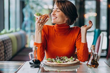Mujer saboreando su comida