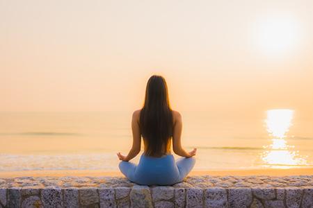 Mujer haciendo meditación. La meditación benefica un buen mindful eating