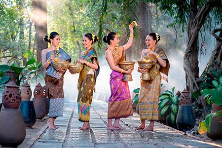 Mujeres celebrando acto de la cultura japonesa
