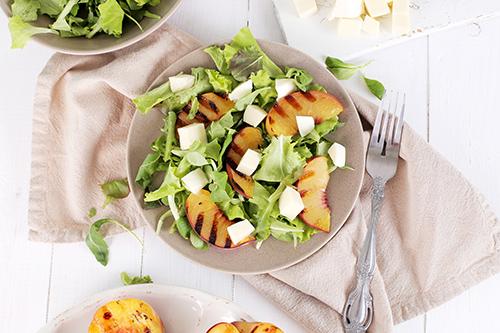 Recetas veganas: En este caso, sería: una ensalada de mijo y rúcula con melocotones asados