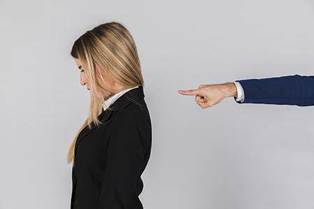 Mujer sufriendo el sindrome del impostor