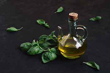 Grasas saludables en el plato harvard, cómo por ejemplo el aceite de oliva