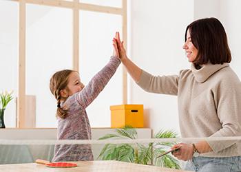 madre animando a su hija: La base para la autoestima en niños