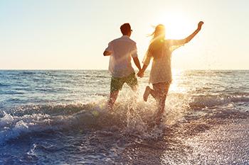 pareja feliz en la playa