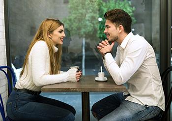 pareja hablando en una cafeteria
