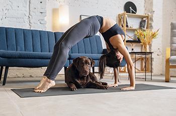 Mujer haciendo ejercicio con su perro