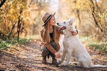 perro y mujer felices en un parque