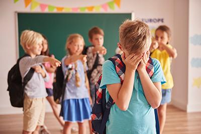 bullying a un niño en la escuela
