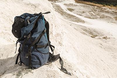 mochila llena con cosas importantes para tu vida
