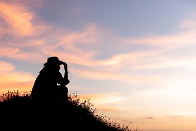 mujer reflexionando y preguntándose: que puedo hacer con mi vida