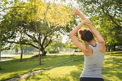 mujer practicando tecnica de relajacion muscular